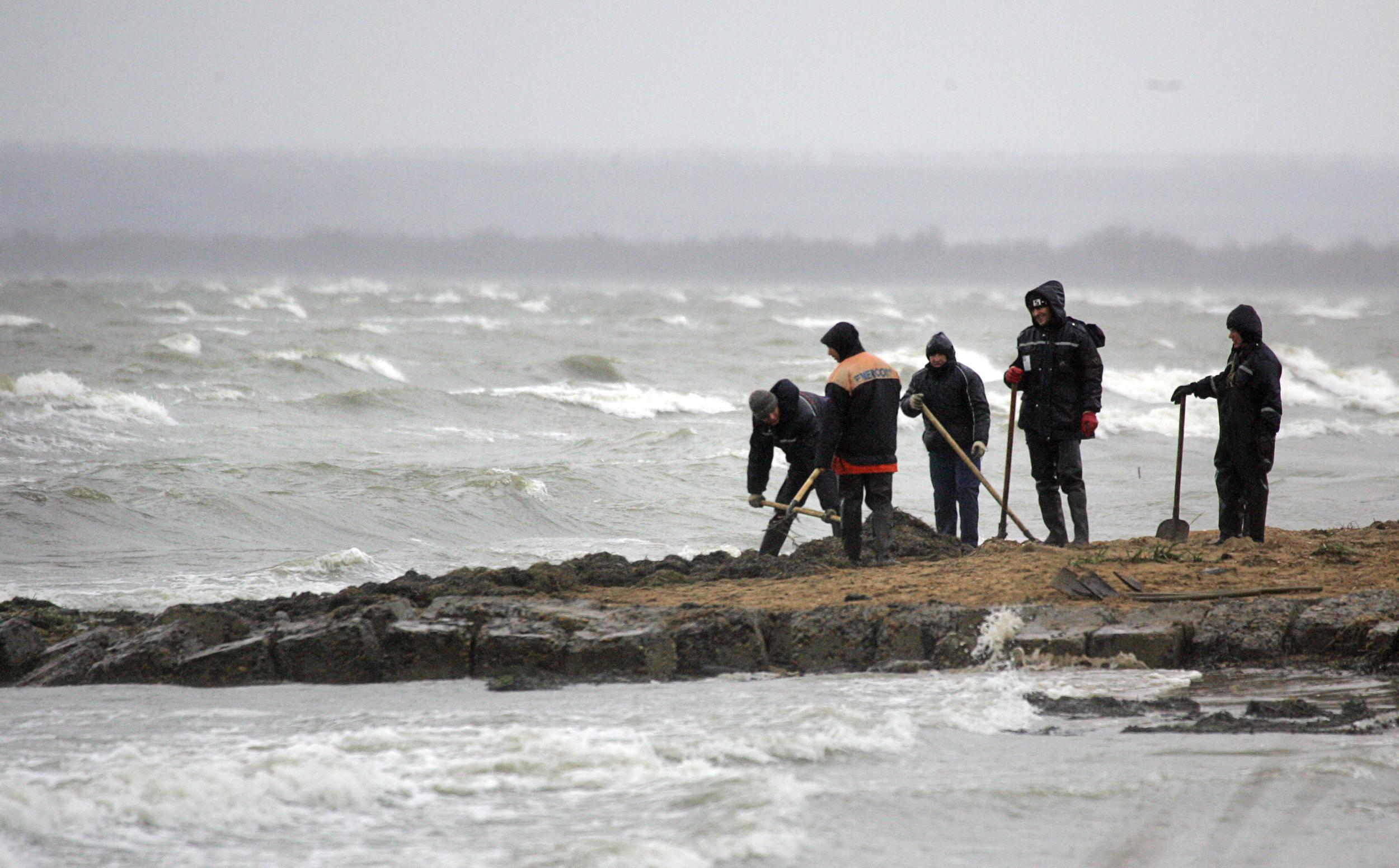 Russia battles to contain Black Sea oil spill