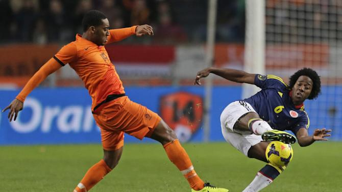 Netherlands' Leroy Fer, left, and Colombia's Carlos Sanchez vie for the ball during the international friendly soccer match between Netherlands and Colombia at ArenA stadium in Amsterdam, Netherlands, Tuesday Nov. 19, 2013