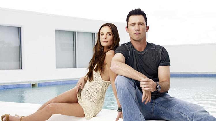 Gabrielle Anwar as Fionna Glenanne and Jeffrey Donovan as Michael Westen in Burn Notice.