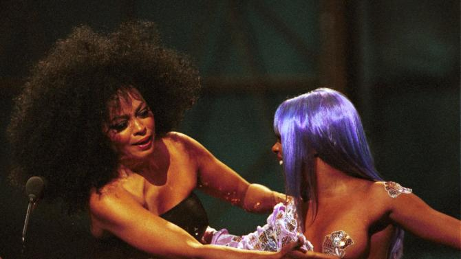 Diana Ross Gives Lil' Kim a Hand (1999)