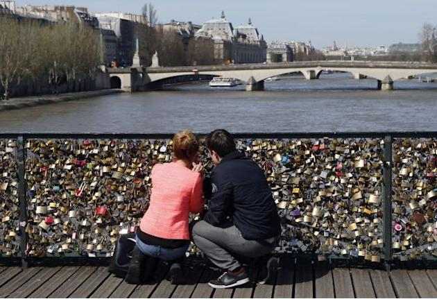 Paris to put a permanent stop to 'love locks' on city bridge