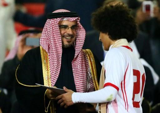 Emarati Omar Abdelrahman (R) receives the best player award of the 21st Gulf Cup from Bahraini Crown Prince Salman bin Hamad bin Isa Al Khalifa at the end of the Cup's final on January 18, 2013 in Man