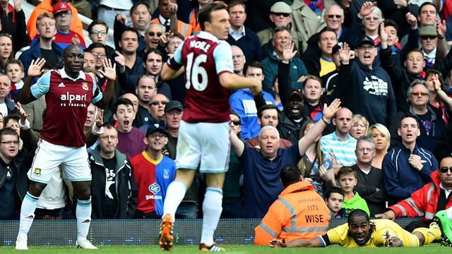 Premier League - West Ham booed off as Palace win fifth in a row