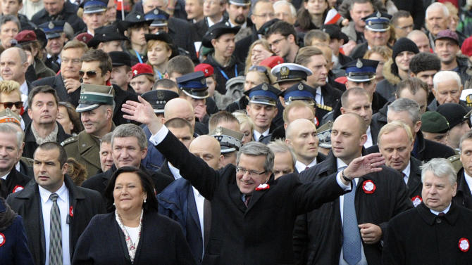 Polish President Bronislaw Komorowski, centre, greets people, as he and wife Anna, second left, open the March For Independent Poland, during a ceremony marking Independence Day,  in Warsaw, Poland, Sunday, Nov. 11, 2012. (AP Photo/Alik Keplicz)