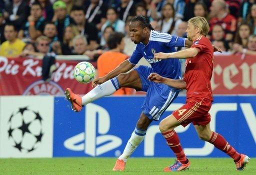 Bayern Munich's Anatoliy Tymoshchuk (R) and Chelsea's Didier Drogba fight for the ball