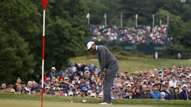 US Open - Woods battles injury at Merion, Mickelson leads