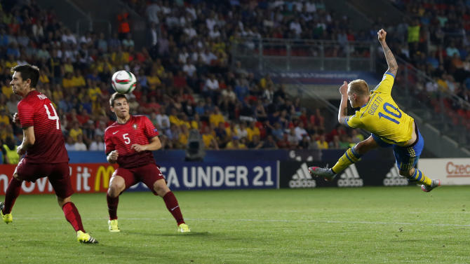 SOC: Sweden's John Guidetti shoots at goal