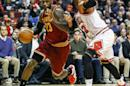THM09. Chicago (United States), 31/10/2014.- Cleveland Cavaliers forward LeBron James (L) attempts to drive on Chicago Bulls forward Taj Gibson (R) in the first half of their NBA game at the United Center in Chicago, Illinois, USA, 31 October 2014. (Baloncesto, Estados Unidos) EFE/EPA/TANNEN MAURY CORBIS OUT