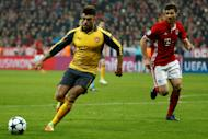 Arsenal's midfielder Alex Oxlade-Chamberlain (L) and Bayern Munich's midfielder Xabi Alonso vie for the ball during the UEFA Champions League round of sixteen football match February 15, 2017