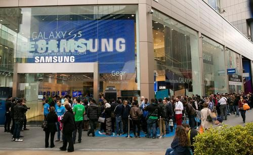 Just Like Apple! Smartphone Shoppers Are Waiting in Line for Samsung's Galaxy S5