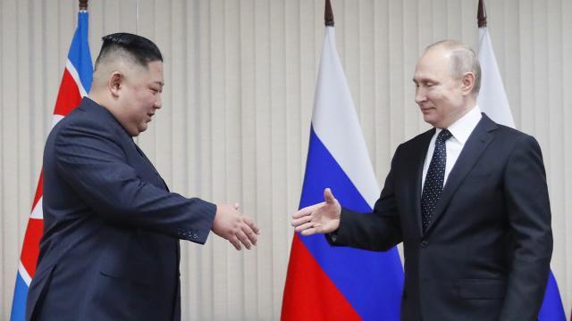Gleich schüttel sie ihre Hände: Kim Jong Un (l.) und Wladimir Putin am Donnerstag im russischen Wladiwostok. ©SERGEI ILNITSKY/AFP/Getty Images