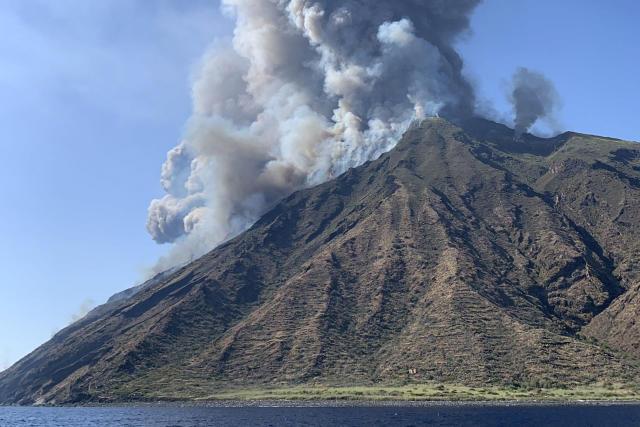 Rauchschwaden steigen vom Vulkan Stromboli auf: Der heftige Vulkanausbruch in Italien hat Touristen und Einwohnern Angst und Schrecken eingejagt - und einem Menschen das Leben gekostet. (Foto: Mario Calabresi/AFP/Getty Images)