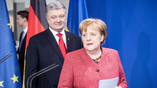 Petro Poroschenko und Bundeskanzlerin Angela Merkel nach ihrem Gespräch im Kanzleramt. Foto: Michael Kappeler