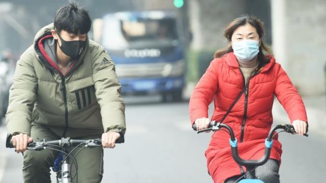 Personas con mascarilla en Wuhan