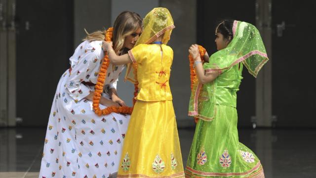 Melania Trump wird von zwei Kindern an der Sarvodaya Co-Educational Senior Secondary School begrüßt.