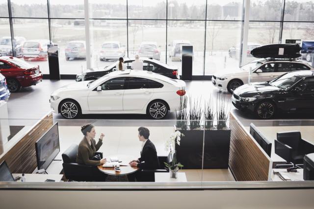 Antes de ir a un concesionario, revisa los precios y ponte unos límites y unos objetivos de lo que quieres pagar por el modelo de auto que te gusta. Foto: Getty Images.