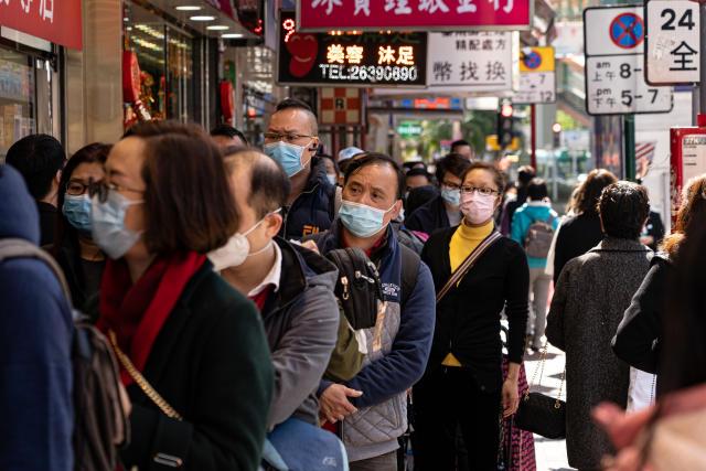 Personas con máscaras en la calle en Hong Kong el 30 de enero de 2020. (Foto de Yat Kai Yeung / NurPhoto a través de Getty Images)