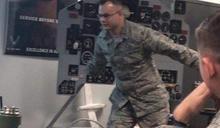 美國空軍認真研究「火影忍者跑」?網友:台下軍人一定在憋笑