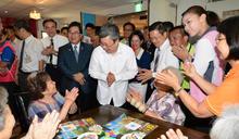 陳建仁副總統訪彰化社福機構 和社區長者玩桌遊