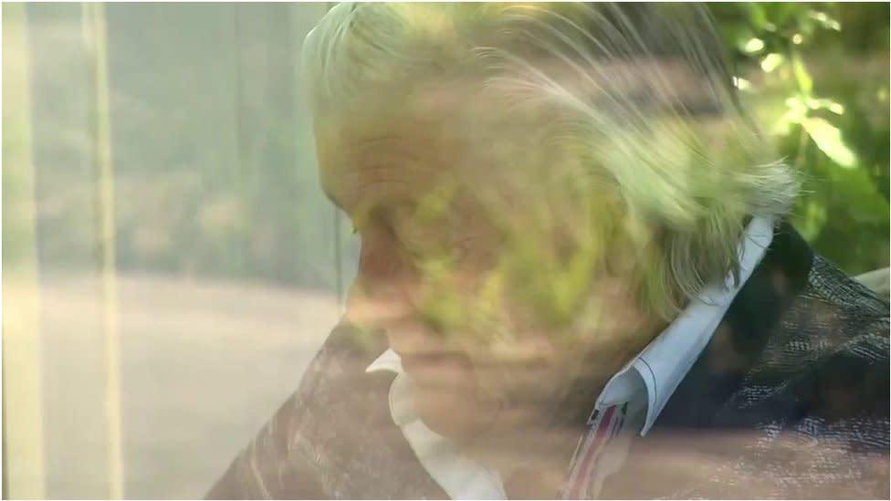 肺炎疫情:荷蘭護老院安排親屬透過玻璃屋隔離探望