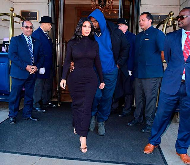 Kim Kardashian con un vestido largo de lana en color negro y cuello cisne