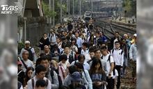 香港持續三罷行動 鐵軌遭破壞列車停駛