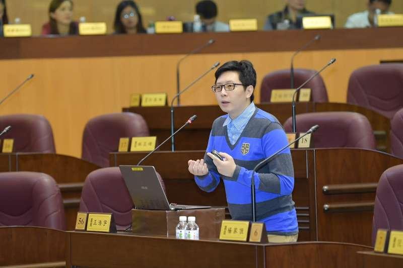 桃園市議員王浩宇說,兒少補助應該要有滾動式機制,參考消費者物價、訪談機構做調查或者定期檢討,做適當調整。(圖/桃園市議會提供)