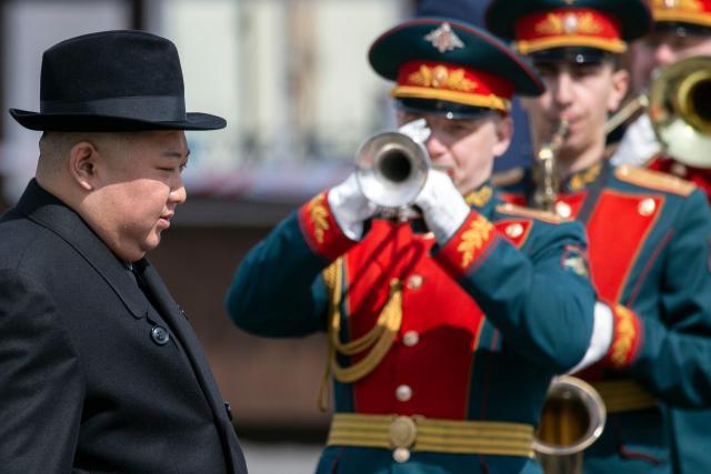 Kim Jong-un wurde am Bahnhof mit militärischen Ehren verabschiedet (Bild: AP Photo/Alexander Khitrov)