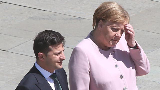 Am Dienstag hatte Angela Merkel beim Empfang des neuen ukrainischen Präsidenten Wolodymyr Selenskyj erheblich gezittert, während sie auf das Abschreiten der Ehrenformation der Bundeswehr wartete. Foto: Wolfgang Kumm