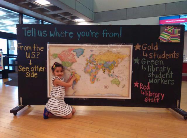 Gabriela Alegría señalando la ubicación de Venezuela