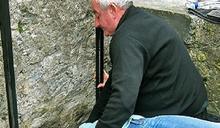 愛爾蘭尋找下一位「巧言石」守護者,每年要抱40萬旅行者親石頭許願