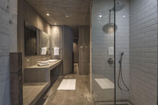 El baño es amplio y en cerámica vista https://www.sothebysrealty.com