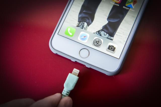 Nunca pidas prestado un cargador de celular por tu seguridad y para proteger toda la información de tu dispositivo. /Foto: Getty Creative
