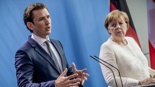 Kanzlerin Angela Merkel und Östereichs Regierungschef Sebastian Kurz sprechen im Kanzleramt in Berlin zu den Medienvertretern. Foto: Kay Nietfeld