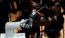 機器人變身指揮家 全樂團都聽它的