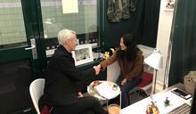 德國漢堡地鐵站裡 71 歲作家經營的「聽故事攤位」