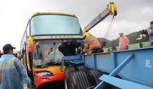 越南團遊覽車撞拖板車 消防局獲報前往救援 (圖)