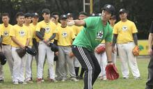 吉見一起指導棒球訓練營學員 (圖)