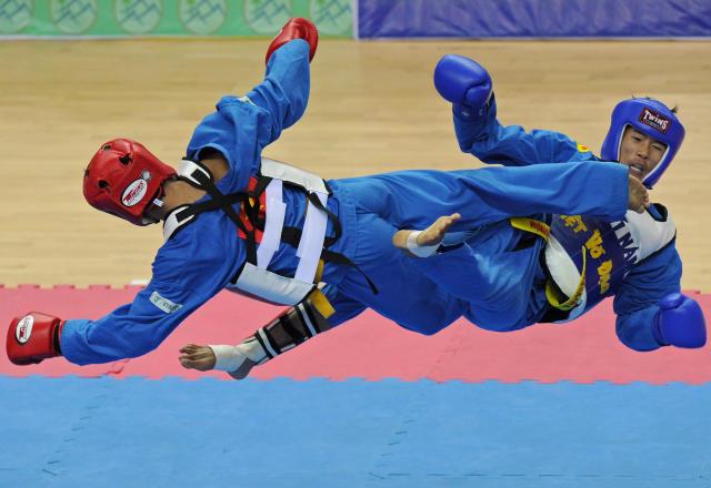 老挝的Soukanh Taypanyavong(R)在2013年12月20日在内比都举行的第27届东南亚东南亚运动会上,在Zeyar Thiri体育场举行的男子vovinam决赛55公斤级决赛中与越南Tran Anh Tuan(L)竞争。Nguyen Soukanh Taypanyavong赢得了金牌勋章。 法新社图片/ SOE THAN WIN(图片来源应通过Getty Images读为Soe Than WIN / AFP)