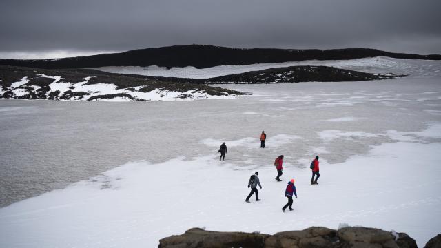 Zahlreiche Menschen wandern über die Reste des Okjökull zu einer Gedenkveranstaltung für den vergangenen Gletscher. Foto: Felipe Dana/AP