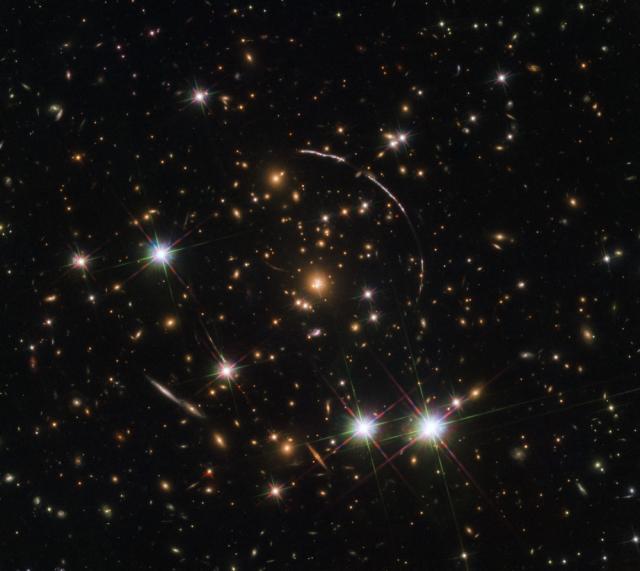 """在新的哈勃照片中,银河出现12次""""克隆"""";明白"""