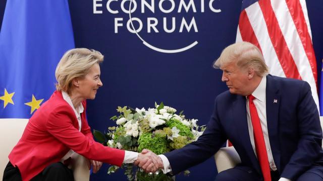 Handschlag: Ursula von der Leyen trifft beim Weltwirtschaftsforum auf Donald Trump.