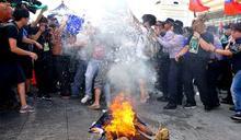 「燒殭屍、國旗過中華民國106年冥誕」獨派團體與警衝突
