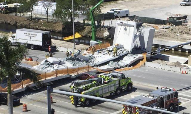 Imagen del puente peatonal caído en Miami junto a la Florida International University que estaba siendo construido por la empresaMCM Construction y diseñado porFIGG Bridge Design. (Roberto Koltun/Miami Herald via AP)