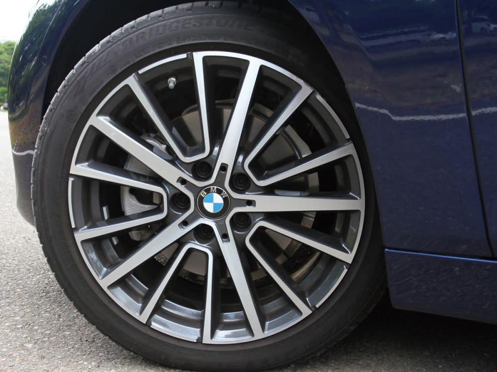 試駕車上選配的18吋星輻式雙色鋁圈讓外觀動感度大增。