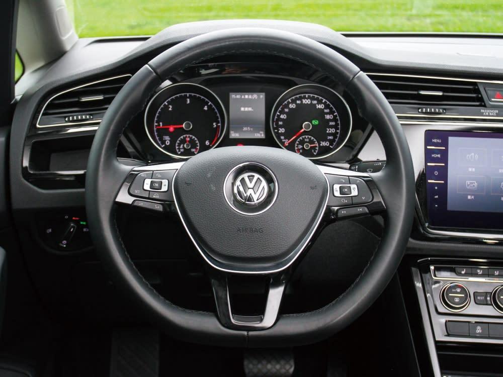 整合多功能按鍵的皮質三幅式方向盤,附有上乘手感與便利兼具。