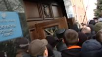 Pro-Russian protesters storm Donetsk prosecutor's office.