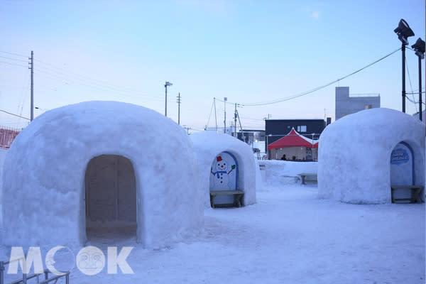 雪祭特展「SNOW FANTASIA!」中極具北海道冬季特色的KAMAKURA雪屋,可愛又好拍,還可以入內體驗拍照留念,晚間還會進行點燈,十分浪漫。