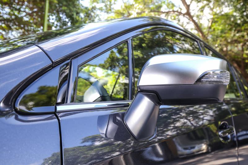 後視鏡外殼與車色不同,提升視覺層次感。
