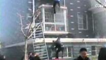 Man pulls trapped girl from burning building in China